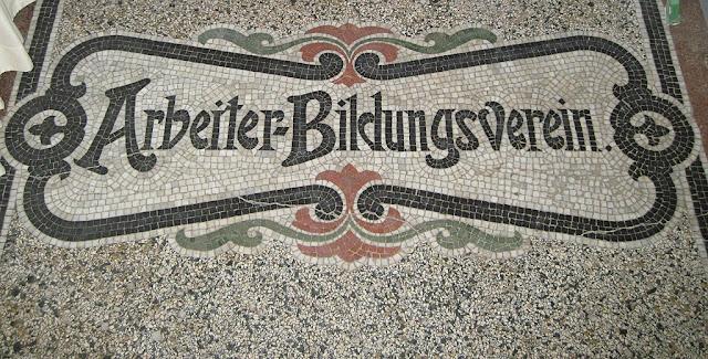 Mosaik mit Schrift: Arbeiter-Bildungsverein