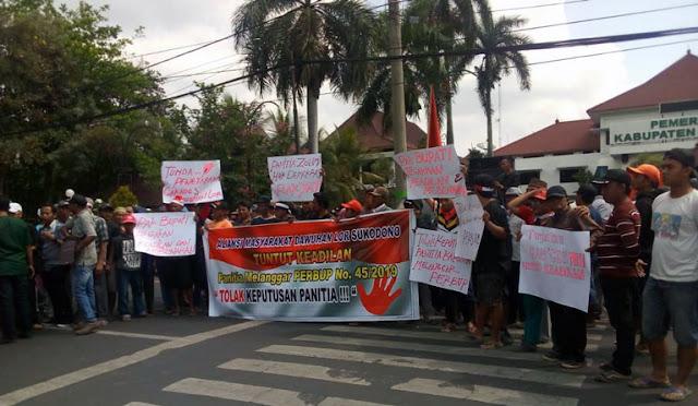 Warga demo di depan Pemkab Lumajang