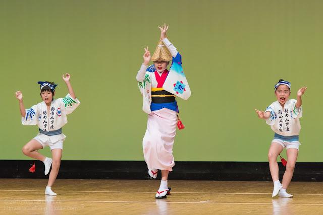 東京新のんき連、女踊りの衣装を着た可愛い子供が踊っている写真