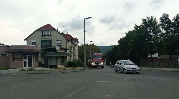 Autó motortere gyulladt ki Salgótarjánban, a Gorkijon