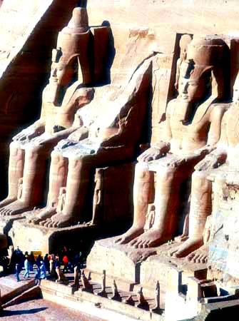 Entrada al templo de Abu Simbel, cerca de Aswān, Egipto, siglo XIII.