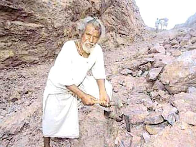 The man who cut a mountain alone for 22 years and sacrificed his life for others.