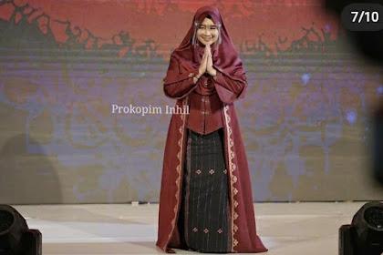 Kenakan Baju Hasil Tenunan dari Inhil, Zulaikhah Wardan Tampil Memukau di Riau International Fashion Festival 2021