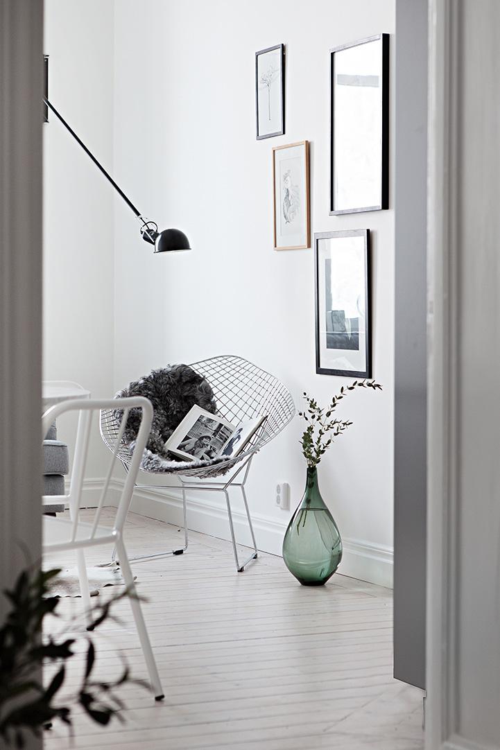 biała podłoga, krzesło druciak