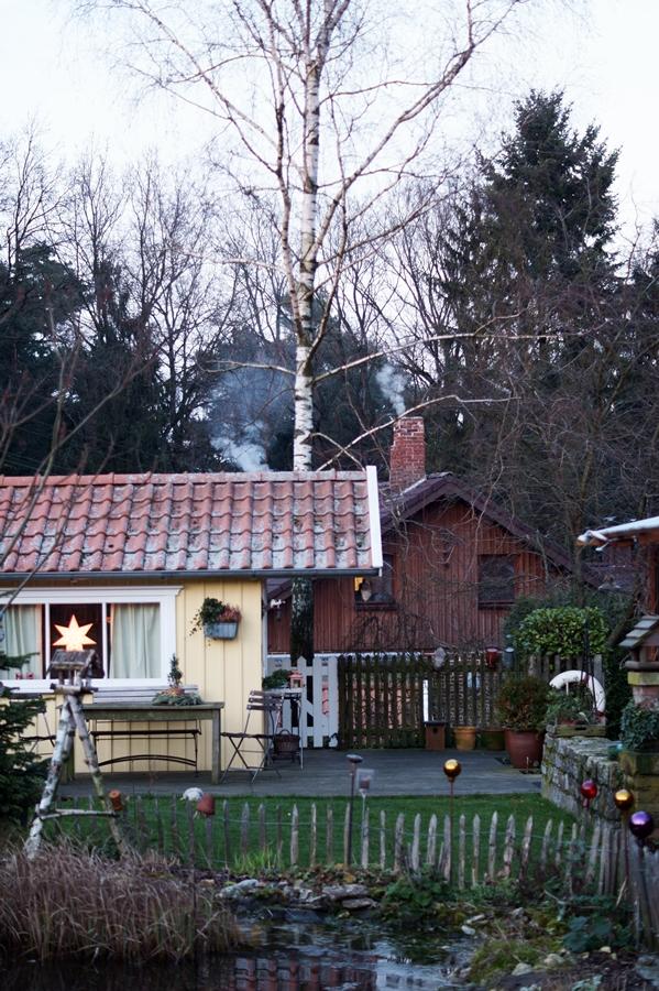 Blog + Fotografie by it's me! - Instatreffen bei Katies Home - gelbes Holzhaus, ein Teich