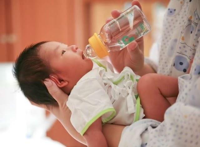 Bahaya Beri Bayi Minum Air Masak
