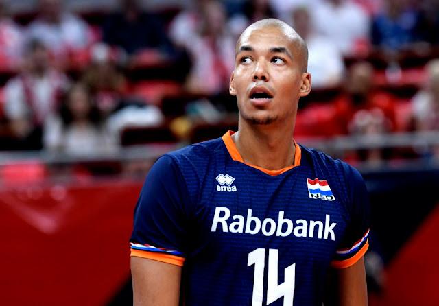 Nimir Abdel-Aziz olhando para o placar no alto durante o jogo contra a Sérvia
