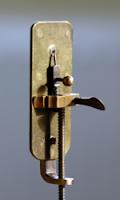 """<Img src =""""Leeuwenhoek_Microscope.jpg"""" width = """"150"""" height """"250"""" border = """"0"""" alt = """"Imagen del microscopio con el que se vieron los primeros microbios orales."""">"""
