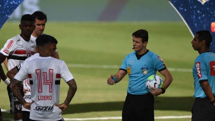 Trận đấu bị hoãn vì 10 cầu thủ dính Covid-19