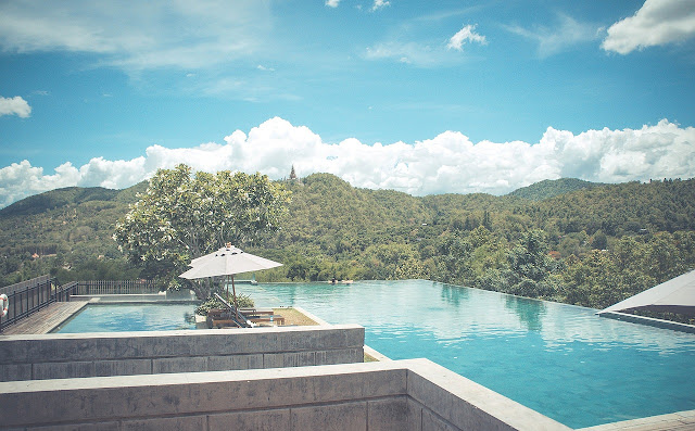 piscina integrada en la montaña. Reformas valencia te inspira