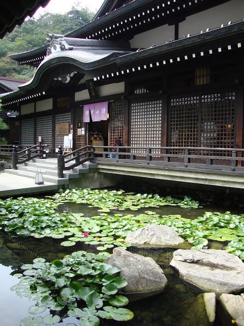 il bellissimo ingresso dell'onsen, con un lago di ninfee