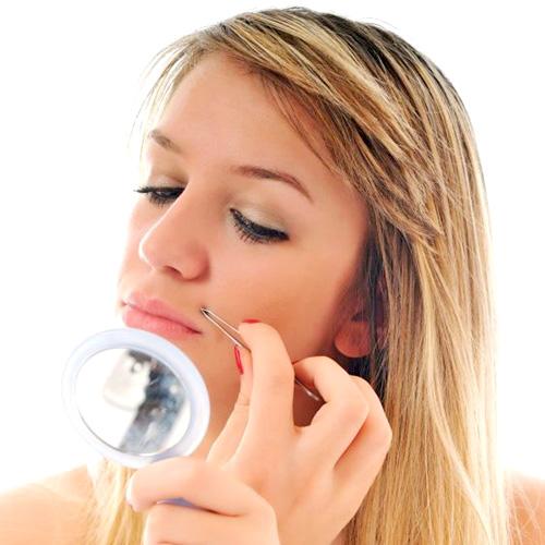 Chica depilando su labio superior con pinzas