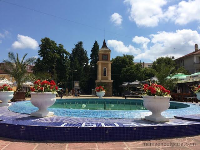 La fuente y la torre del reloj Obzor Bulgaria