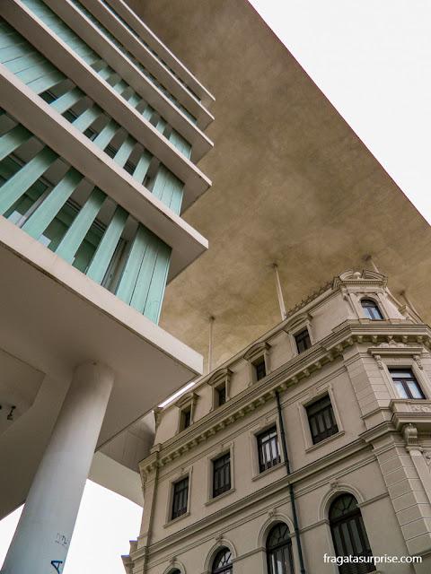Os dois edifícios do MAR - Museu de Arte do Rio, integrados por uma cobertura de concreto