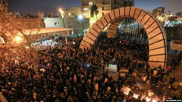 Manifestantes en Irán exigen renuncia del líder supremo