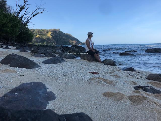Pecahan kerang dan bebatuan Pantai Pal Marinsow, Likupang Timur  | ©jelajahsuwanto