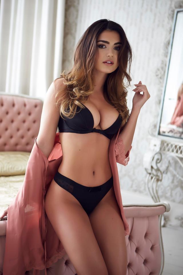 Model In Hottest Lingerie Pictures: India Reynolds Hot in Black Lingerie