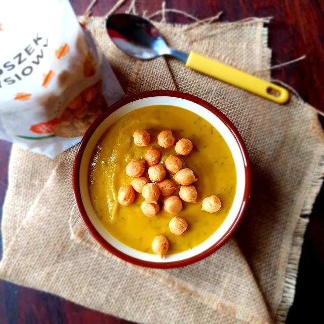 Krem z dyni i marchewki z dodatkiem koperku i groszku ptysiowego. Idealna zupa na refluks.
