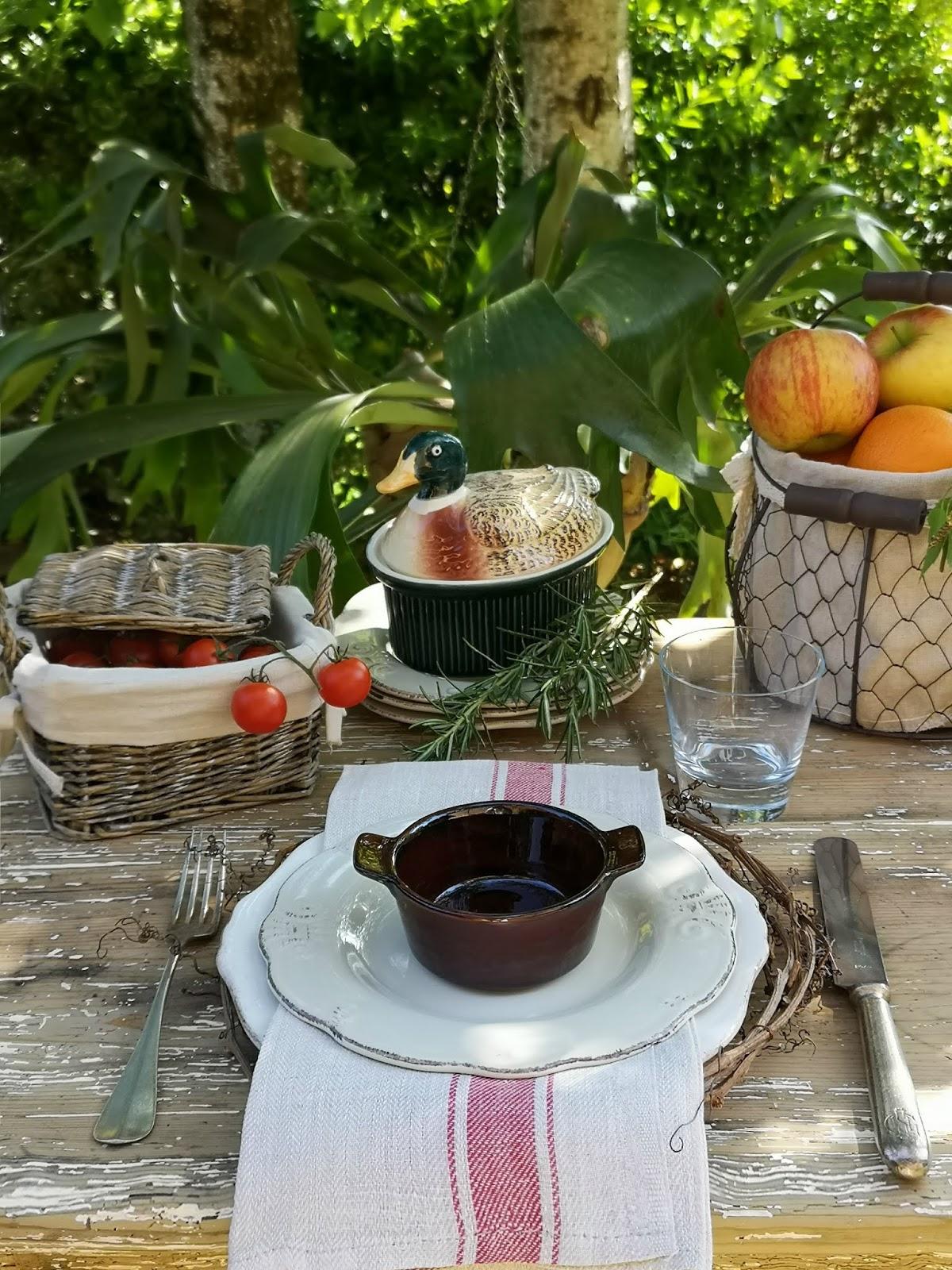 apparecchiare una tavola in stile campagna