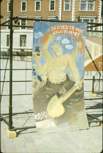 27 апреля 1988 года. Домская площадь. Акция протеста против строительства метро в Риге. Народное творчество