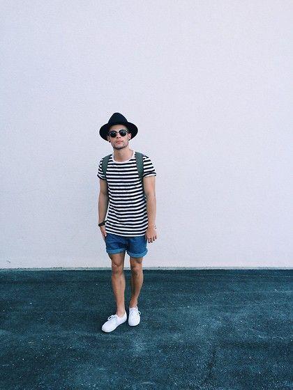 look masculino com camiseta listrada, têns branco e chapéu fedora