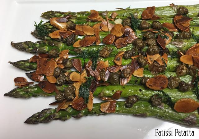 recette d'asperges amandes câpres et aneth, asperges vertes, cuisiner des asperges, comment préparer des asperges, recette de Yotam Ottolenghi, câpres croustillantes, asparagus recipe, asperges et amandes grillées, patissi-patatta