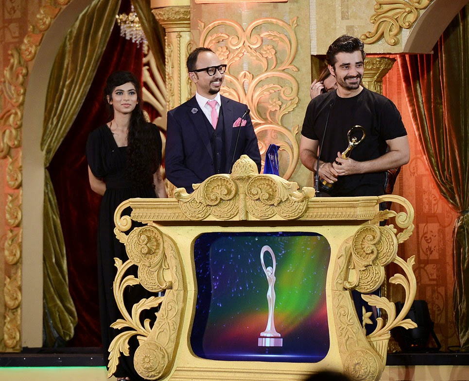 Hamza Ali Abbasi picks up his Best Supporting Actor award for his role in Waar