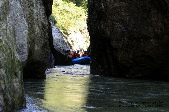 Inilah salah satu pemandangan tebing terjal yang menghimpit Sungai Teunom.