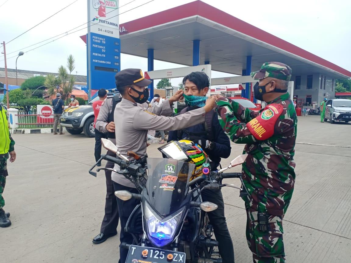 Dalam Upaya PPKM, Kapolsek Binong Dan Koramil 0510 Bersama Muspika Berikan Himbauan Prokes Kepada Warga