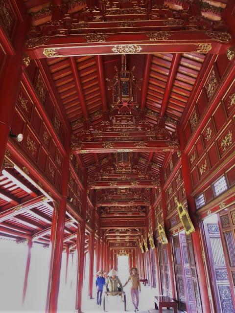 Pasaje de madera roja en la Ciudad Prohibida Púrpura de Hué