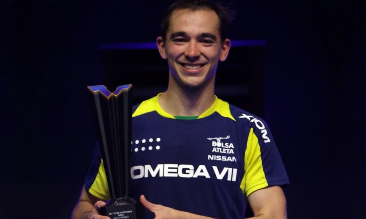 Hugo Calderano segura o troféu e sorri para foto