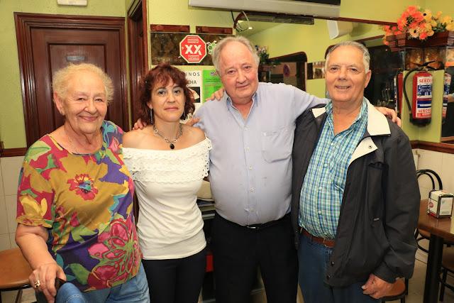 La lotera Emilia García, la empleada del bar Londres, el propietario del establecimiento y un premiado