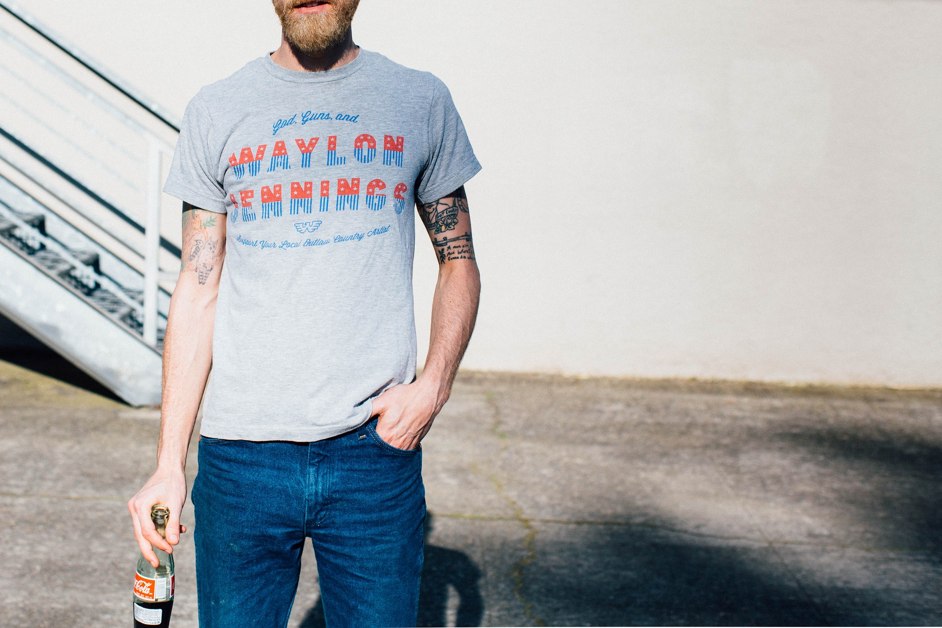 Usar camiseta em looks mais sociais