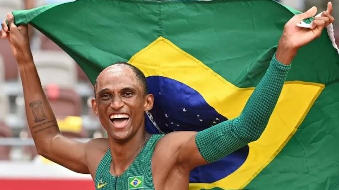 Alison 'Piu' em corrida histórica do 400 com barreiras ganha a medalha de bronze em Tóquio