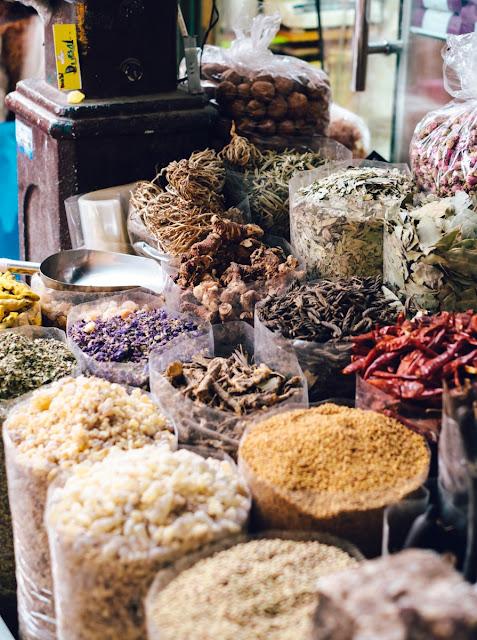 Spice Souk chỉ mở cửa vào thứ 5, 6, 7 trong khung giờ từ 10h đến 22h. Ngoài ra, bất kỳ du khách là nam hay là nữ khi đến khu chợ gia vị này nói riêng hoặc đi du lich Dubai nói chung thì lưu ý số một là nên ăn mặc kín đáo, tuyệt đối không hở hang phản cảm. Và hãy luôn nhớ rằng bạn phải mặc cả vì tại Spice Souk họ thường nói thách giá lên khá cao.