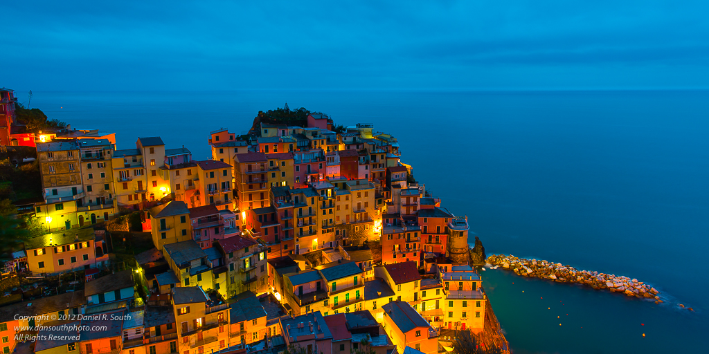 a photo of manarola at dusk cinque terre