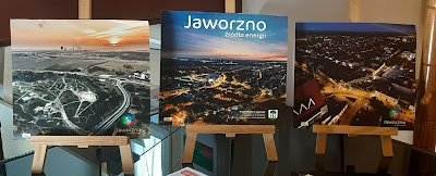 Trzy zdjęcia krajobrazów Jaworzna umieszczone na sztalugach
