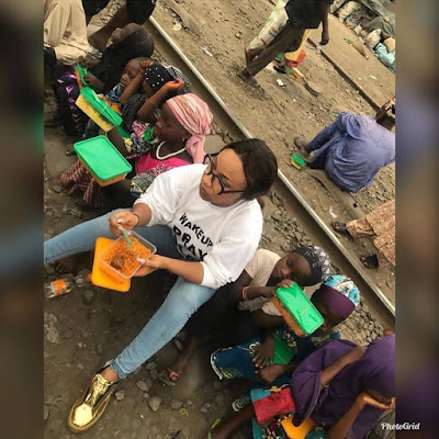 PHOTOS: Tonto Dikeh Feeds And Eats With The Less Privileged On The Street