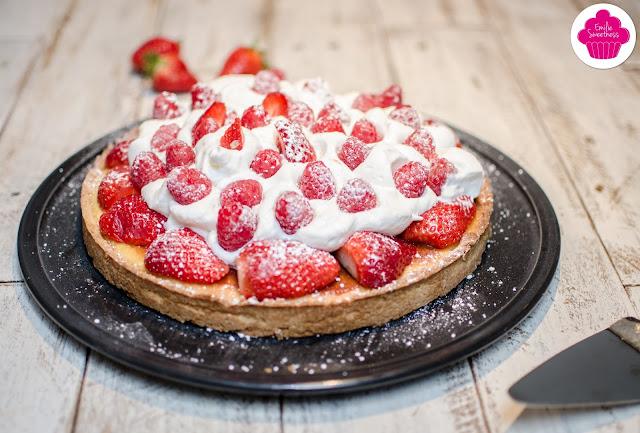 Tarte amandine aux fraises, aux framboises et à la chantilly maison
