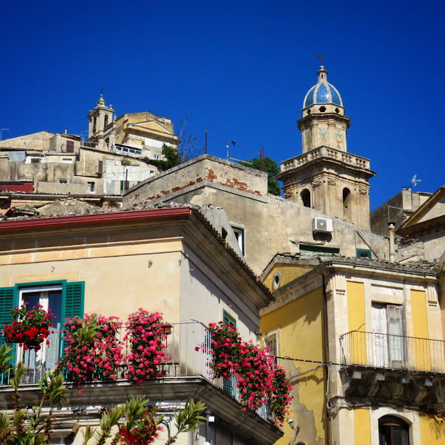 Road trip in Sicily - Looking up in Ragusa