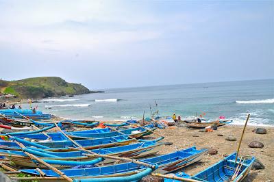 perahu nelayan di pantai pasir putih kebumen