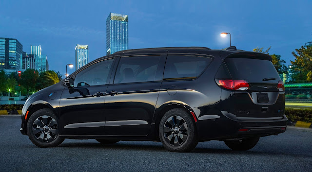 Rear 3/4 view of 2019 Chrysler Pacifica Hybrid Limited S