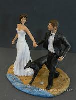 statuetta per torta matrimonio con cane che corre coppia sulla spiaggia orme magiche