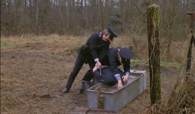 Dua Teman Alex sedang Menyiksa Alex