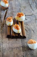 Huevos rellenos de crema de sobrasada y miel