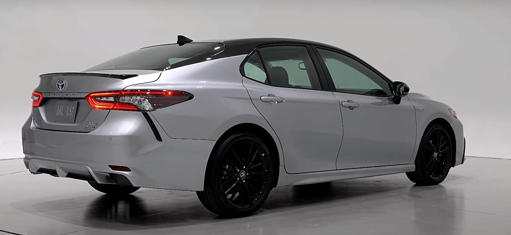 tampilan belakang camry hybrid 2021