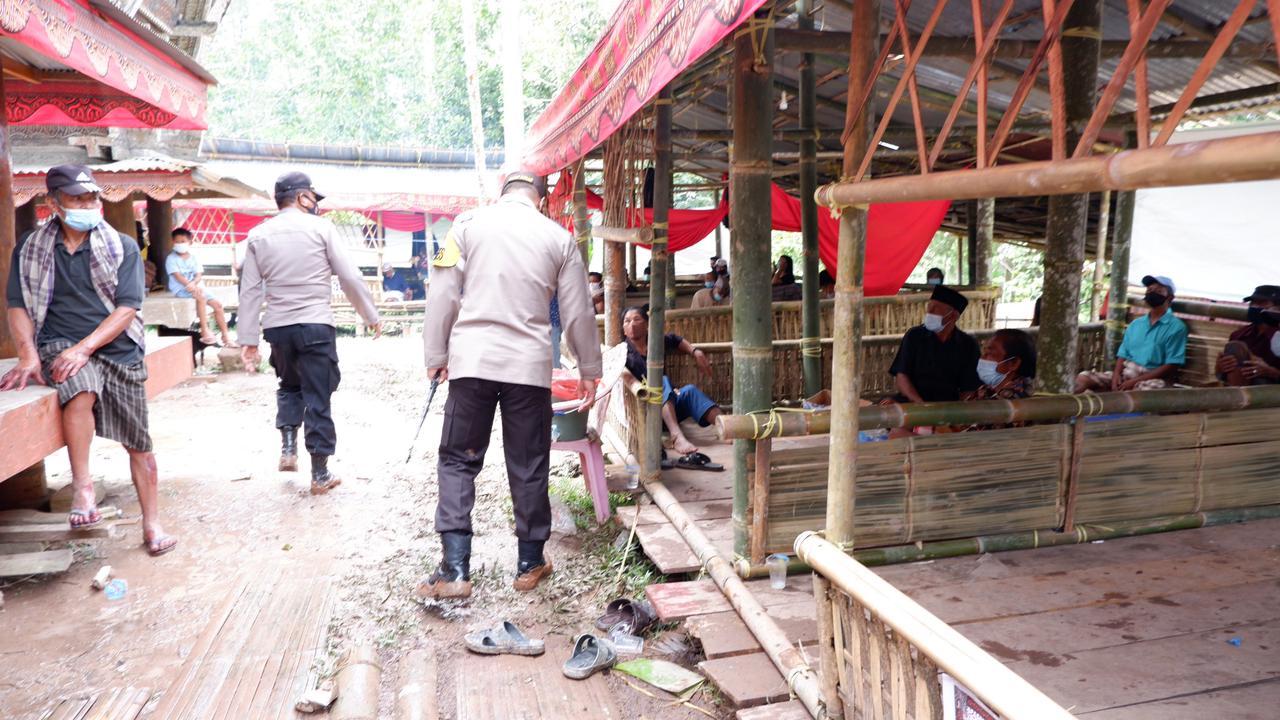 Kapolres Tana Toraja Periksa Penerapan Prokes 5M di Acara Rambu Solo, Sangalla Selatan