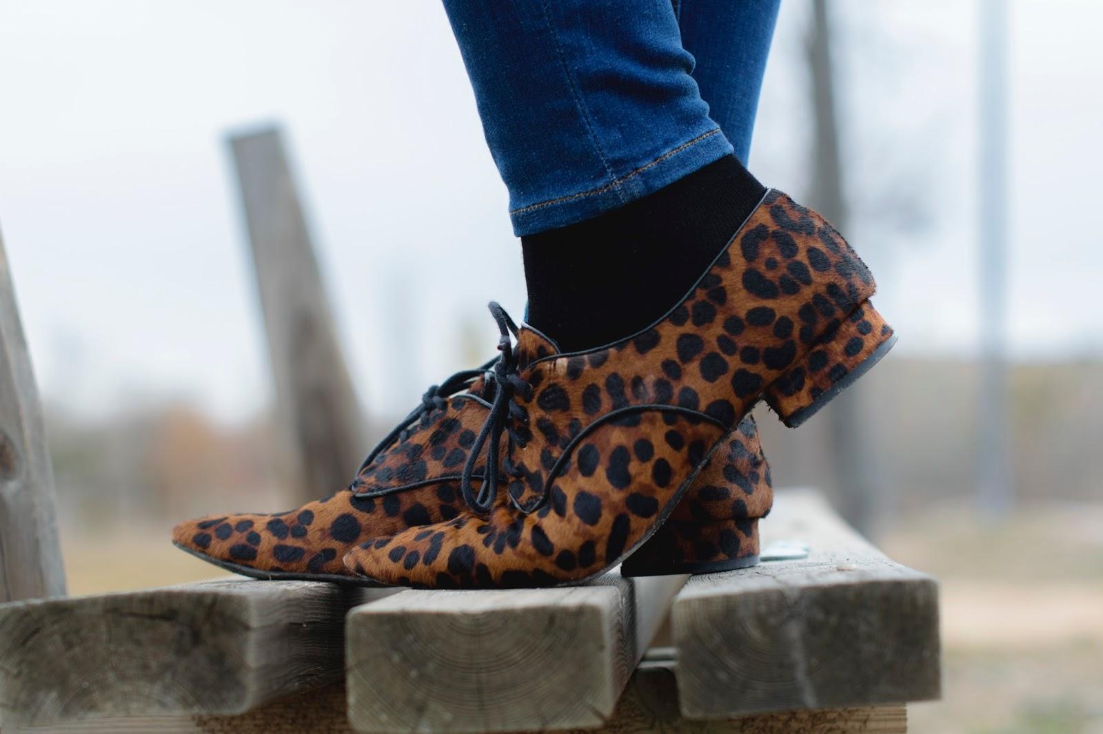 look de ponteunostacones con blazer larga y blucher de leopardo de zara