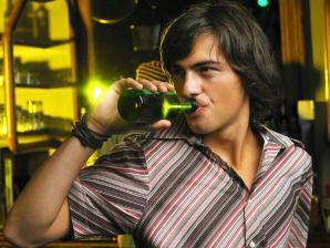Daniel bebendo cerveja