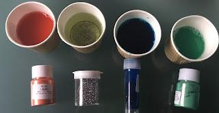 Mise dans chaque gobelet des colorants alimentaires pour réalisation de la peinture à bulles